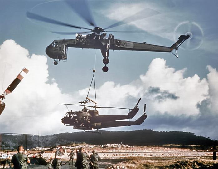 Sikorsky_Skycrane_carrying_2_Hueys_c%5B1%5D